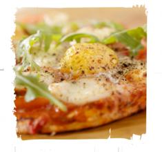 Śniadaniowa pizza zrukolą